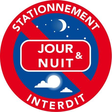 Stationnement interdit le jour et la nuit sur cet emplacement